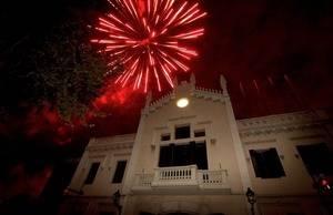 Fuegos artificiales sobre la fachada del Ayuntamiento de El Prat abrirán la fiesta este viernes