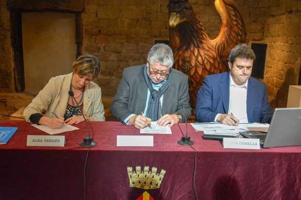 La firma del convenio en el Castell de Cornellà este jueves.