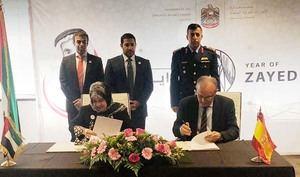 Iza Abdullah Al Otaiba -izquierda-, embajadora de los Emiratos Árabes Unidos en España, y Manel del Castillo, Director Gerente del Hospital Sant Joan de Déu Barcelona.
