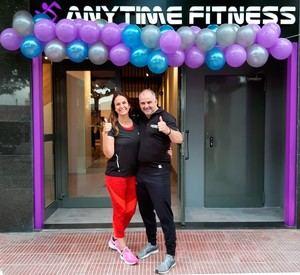 El matrimonio Fernández-Font a las pueras del nuevo gimnasio que han abierto.