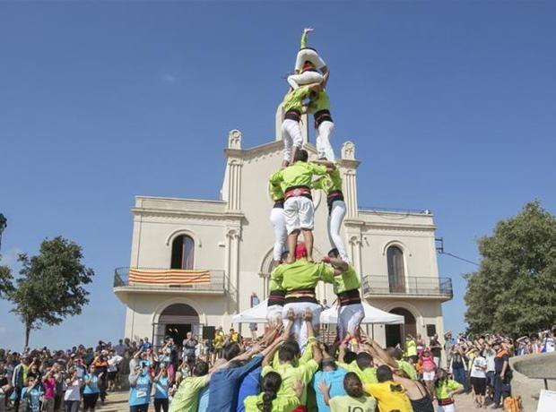 Los Castellers de Viladecans en una actuación durante el aplec de Sant Ramon.
