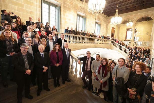 Foto de familia de las autoridades y todos los galardonados