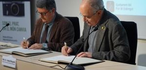 Tejedor (izquierda) y Bargalló (derecha) firman el convenio por el IntersECCions.