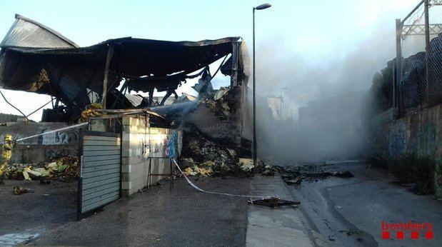 Imagen de esta mañana de las tareas de extinción del incendio en Esparreguera.