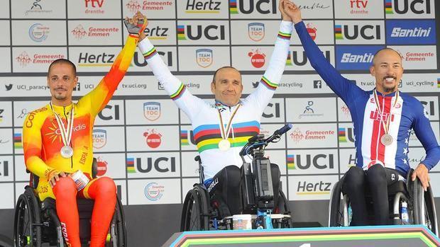 Sergio Garrote -izquierda- en el podio tras quedar segundo en el Mundial de Emmen