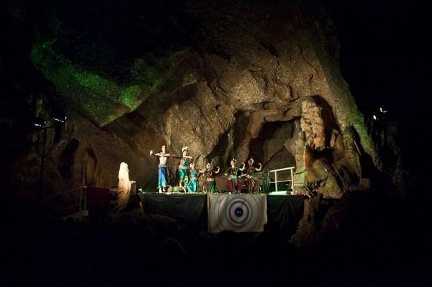 Collbató prepara sus cuevas para recibir el Festival GONG