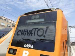Los grafiteros 'asaltan' un tren en la estación de Gavà y le impiden continuar su trayecto