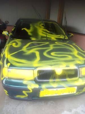 Rocían de grafiti un coche cerca de la Policía municipal de Torrelles
