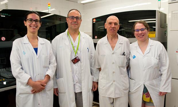 El Dr. Jordi Guardiola -segundo por la izquierda-, con el equipo que trabaja en el primer banco de heces.