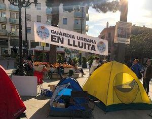 Acampada de guardias urbanos a las puertas del Ayuntamiento de L'Hospitalet