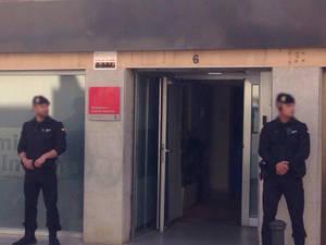 Dos agentes de la Guardia Civil custodian, la semana pasada, el Ayuntamiento de Viladecans en el marco de la operación Anfiteatro