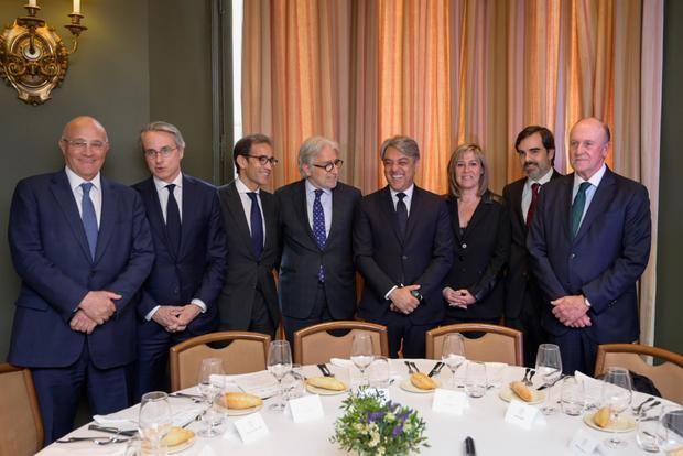 Núria Marín, tercera por la derecha, fue la única representante institucional que asistió al acto.