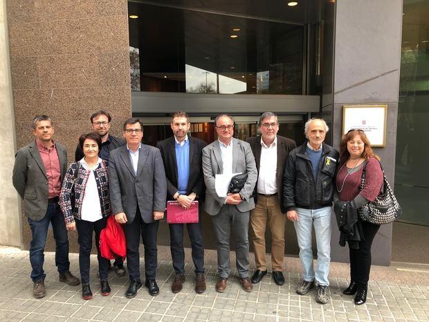 Los representantes municipales haciendo entrega, esta mañana, del escrito dirigido a la Generalitat.