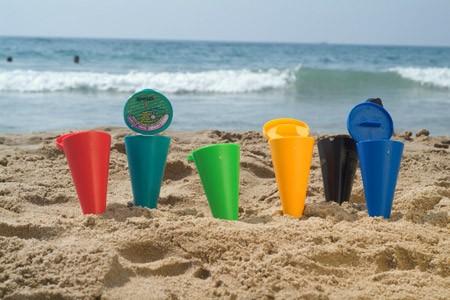 Un chiringuito en Castelldefels lucha contra plásticos y colillas en la playa