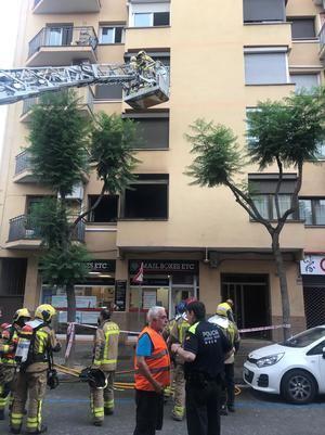 Salvan a una mujer embarazada y a sus dos hijos del incendio en su piso de Sant Andreu