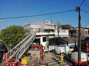 Espectacular incendio sin heridos en un hotel de la playa de Castelldefels