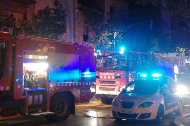 Siete intoxicados por inhalación de humo en un incendio en la calle Francesc Macià de Sant Boi