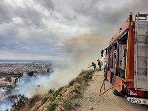 Susto en el mirador de Sant Pere Màrtir por un aparatoso incendio forestal