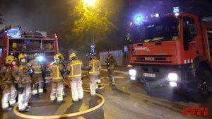 El cuerpo de bomberos sofocando el incendio en la planta de Faurecia en Abrera