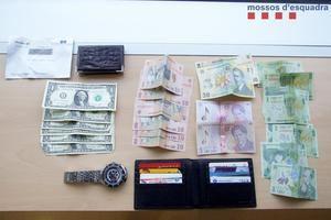 Material intervenido al hombre detenido que salió huyendo del domicilio.