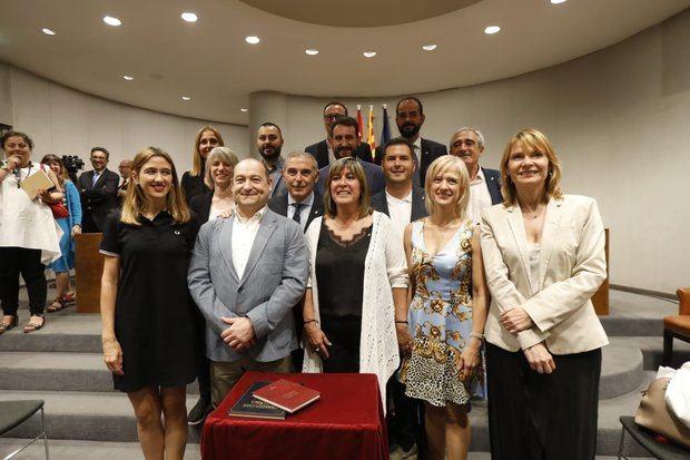 Núria Marín -en el centro- flanqueada por el alcalde de Viladecans, Carles Ruiz, las alcaldesas de Esplugues, Pilar Díaz, y Sant Boi, Lluïsa Moret -a la derecha-, y Núria Parlon -izquierda-, alcaldesa de Santa Coloma de Gramenet, tras el pleno de investidura.