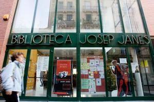 Voluntaris de L'Hospitalet porten la Biblioteca Josep Janés als domicilis de persones amb mobilitat reduïda