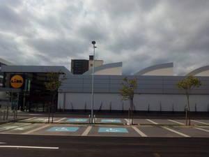 Imagen exterior del nuevo Lidl de Cornellà, instalado en la antigua planta de Siemens. Pronto, la apertura se dará en Sant Boi, que contará con dos supermercados.