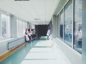El tiempo medio para operarse se reduce a la mitad en la comarca y l'Hospitalet