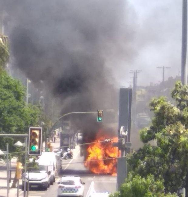 Autobús en llamas en Sant Joan Despí
