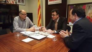 Lluís Salvado, al centre, durant la seva reunió institucional a Sant Feliu de Llobregat