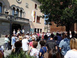 Concentración frente al Ayuntamiento de Cornellà en contra de la puesta en libertad de la Manada.