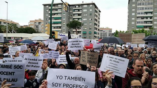 Manifestación a favor de los profesores delante del centro educativo, hace unos días.