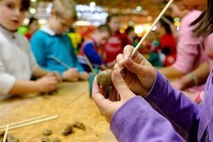 Uno de los talleres de manualidades el año pasado en la Fira Infantil de Nadal de Cornellà.