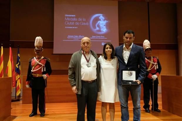 Gavà condecora con la Medalla de la Ciudad a Antonio López, a título póstumo, y el caporal Juan Cortés