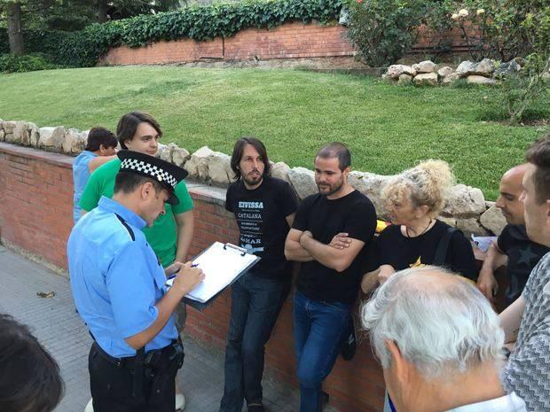 Un policia local en el moment que agafa les dades dels regidors d'ERC de Cervelló, entre ells, el seu portaveu, Josep Ramon Mut