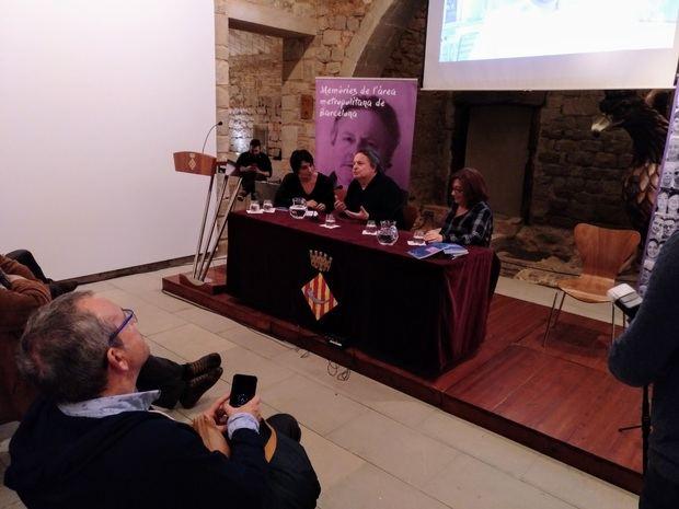 El cantautor Ramon Muntaner, en medio, junto a Dolors Campos, a la derecha.