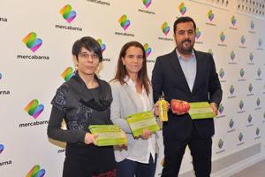 De izquierda a derecha, los representantes de las empresas Hortec, Talls i més y Grup Gavà, ganadores de los premios 'Mercabarna Innova'