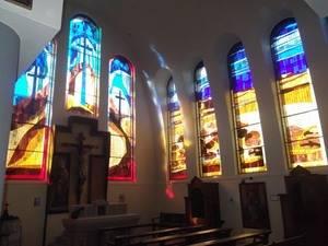 La parròquia de Sant Miquel Àrcangel estrena 13 nous vitralls de la molinenca Andrea Ortega