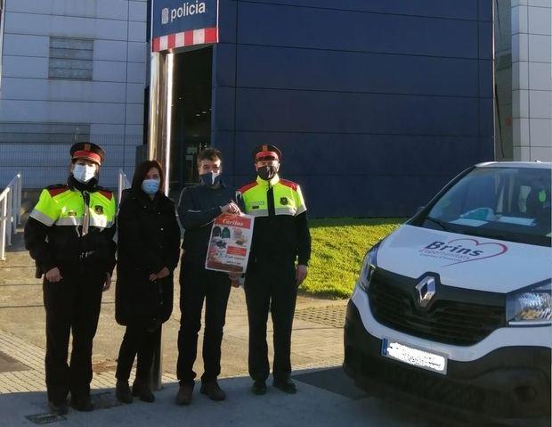 Donación solidaria los Mossos d'Esquadra a Cáritas Diocesana de Sant Feliu