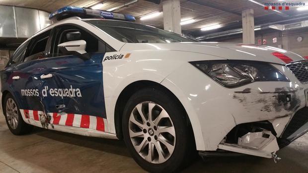Uno de los coches de la policía catalana tras la persecución.
