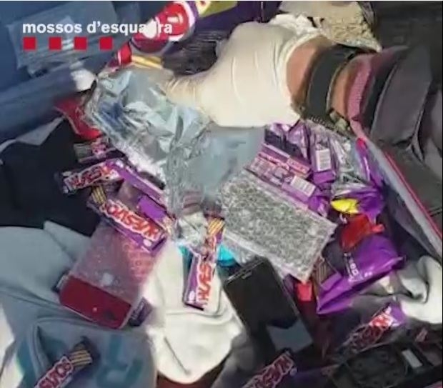 Los móviles viajaban en el interior de envoltorios de una conocida marca de chocolatinas.