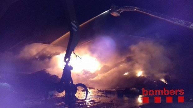 Un incendio en Sant Feliu quema dos naves de 1000 metros cuadrados por completo