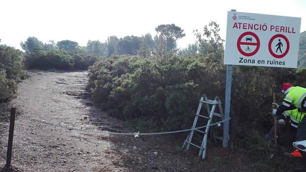 El acceso a las minas de plomo de Castellví de Rosanes vallado por el estado de ruina de las instalaciones
