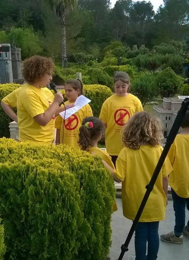 Torrelles es mobilitza a la plaça Sant Jaume en miniatura per reubicar l'antena de telefonia mòbil