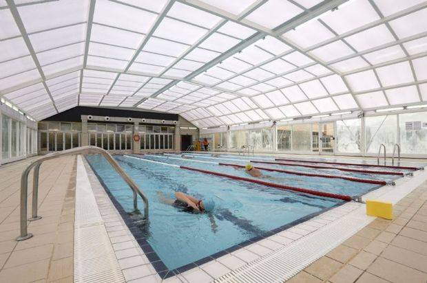 Las piscinas del polideportivo de Can Roca de Castelldefels abren al público