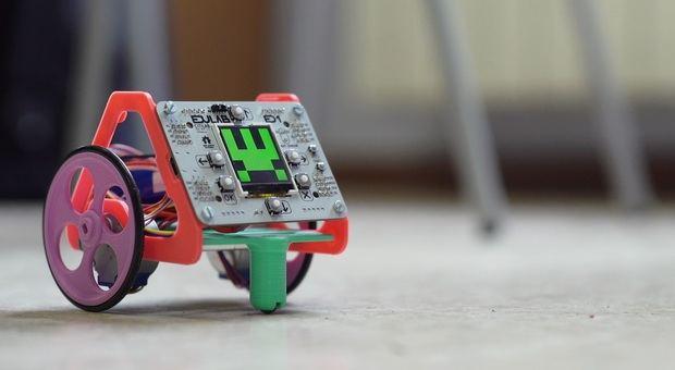 Fantàstic, el nuevo robot que utilizarán los alumnos de primaria en las escuelas de primaria de Cornellà para las asignaturas de introducción a la programación y robótica.
