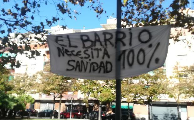 Pancarta frente al  CAP Sanfeliu de L'Hospitalet en la que se reclama que aumente la atención sanitaria por la crisis del coronavirus . FOTO: MARIA RINALDI