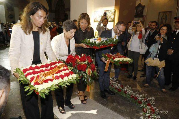 La portaveu del Govern, Meritxell Budó -primera esquerra-, la delegada del Govern a Catalunya, Teresa Cunillera -segona esquerra-, i l'alcaldessa de Sant Boi, Lluïsa Moret -segona dreta-, fent l'ofrena floral al nínxol de Rafael Casanova