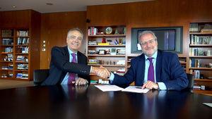 Momento de la firma entre Navarro y Serrallonga.
