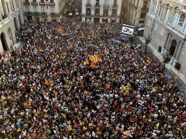 Miles de independentistas llenaron la plaza Sant Jaume y sus alrededores tras la proclamación en el Parlament de la república catalana en un acto organizado por Òmnium y ANC